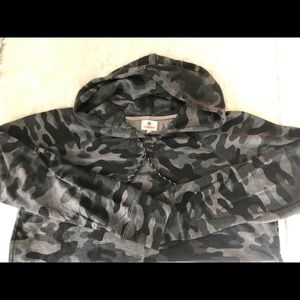 SUNDRY Camo sweatshirt
